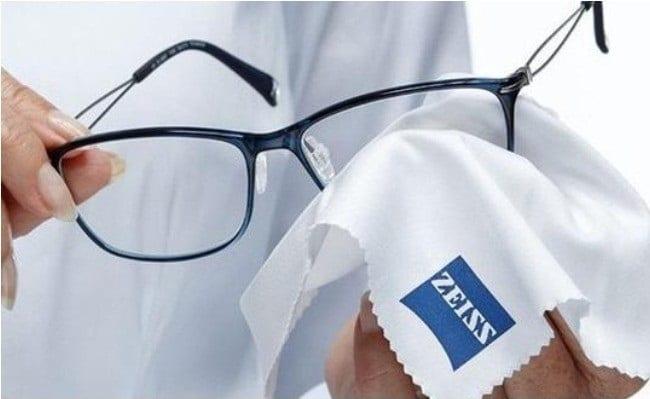 Cách vệ sinh kính mắt sạch và sáng như mới bằng dung dịch nước lau chuyên dụng