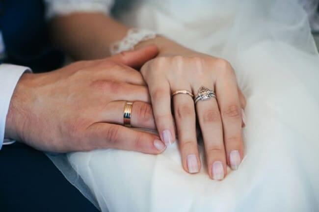 Đeo nhẫn cưới tay nào cho đúng